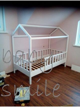 Кровать-домик с бортиком (сосна, ольха, ясень)